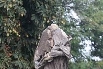 Socha sv. Jana Nepomuckého je bez hlavy