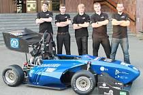 Část týmu. Studenti plzeňské univerzity dnes odjíždějí se svou formulí UWB03 na závody do Silverstone