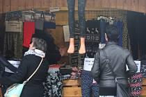 Při Martinském trhu na náměstí Republiky se prodávaly také punčocháče a leginy