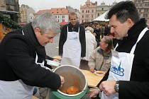 Představitelé třetího obvodu na náměstí Republiky rozlévali polévku