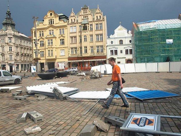 Vichr na náměstí Republiky rozmetal zástěny, které zakrývají rozestavěné kašny