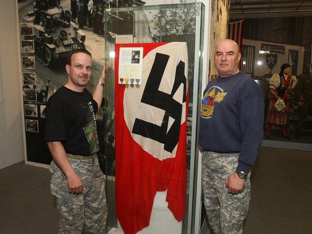 Ivan Rollinger (vlevo) a Milan Jíša s přírůstkem v Patton Memorialu Pilsen
