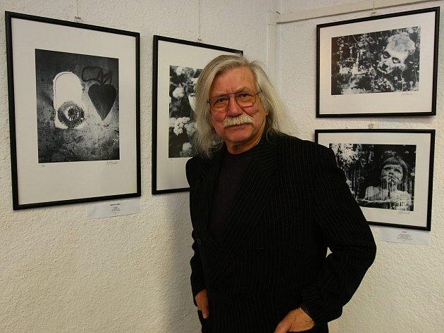 Živoucí legenda Pepa Fousek před svými dílky ochotně zapózoval i pro fotografa Deníku.