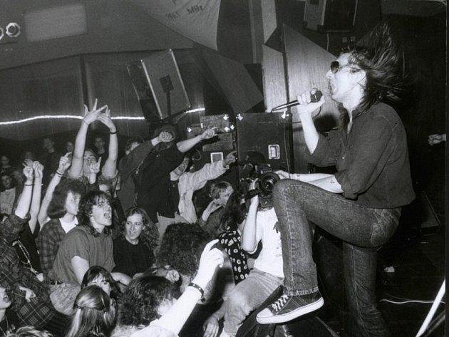 Aleš Brichta vbřeznu roku 1994na vyhlášení výsledků Žebříku za rok 1993.Slavnostní večer se konal vPlzni vQueen Clubu, jak se tehdy říkalo dnešní Šeříkovce.