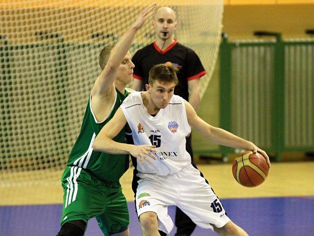 Basketbalisté Lokomotivy (na archivním snímku v bílém Jan Suchý) neuspěli v Praze v duelu s týmem Basket Košíře, kterému podlehli těsně 83:88.