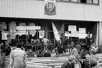 Plzeňané se shromažďovali 21. srpna 1968 před  budovou  rozhlasu na náměstí Míru v Plzni