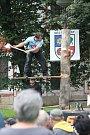 Dřevorubecká show u kláštera v Plasích