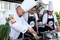 Kuchař Martin Jiskra si na pódium vybral šest amatérských kuchařů a ti pod jeho dohledem vařili.