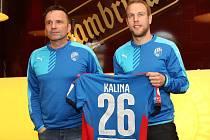 Trenér Karel Krejčí (vlevo) a Daniel Kolář s jmenovkou člověka, který píše v životě výjimečný příběh