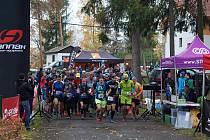 Na trať maratonu se při závodě Krkavec Trail vydala stovka běžců. V čele s číslem 69 běží pozdější vítěz Tomáš Eisner.