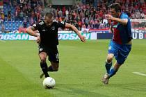 MILAN HAVEL (vpravo) stíhá v úvodním zápase s CSKA Sofia (2:0) útočníka Georgi Yomova z týmu soupeře.