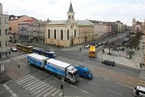 Na Klatovské třídě v Plzni pokračuje již druhý víkend rekonstrukce tramvajové trati. Úplná uzavírka čeká křižovatku  Klatovská – Husova