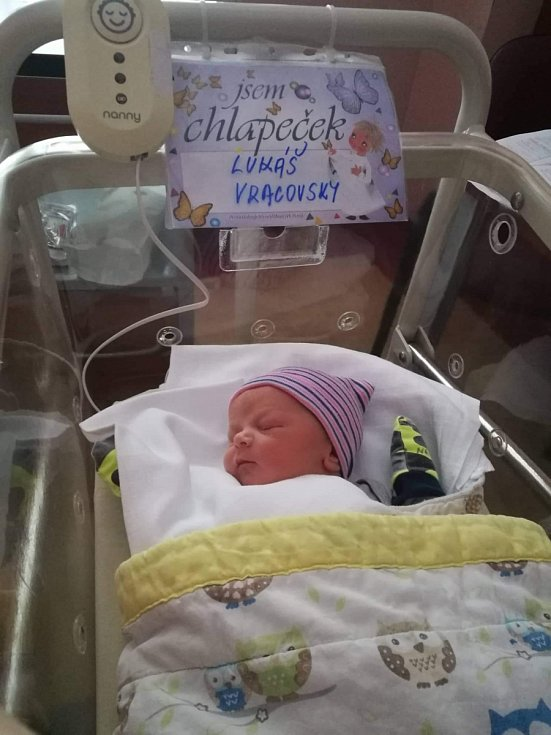 Lukáš Vracovský se narodil 9. ledna ve 22:51 mamince Kláře Kováříkové a tatínkovi Pavlovi. Po příchodu na svět v plzeňské FN vážil jejich prvorozený synek 3030 gramů a měřil 49 centimetrů.