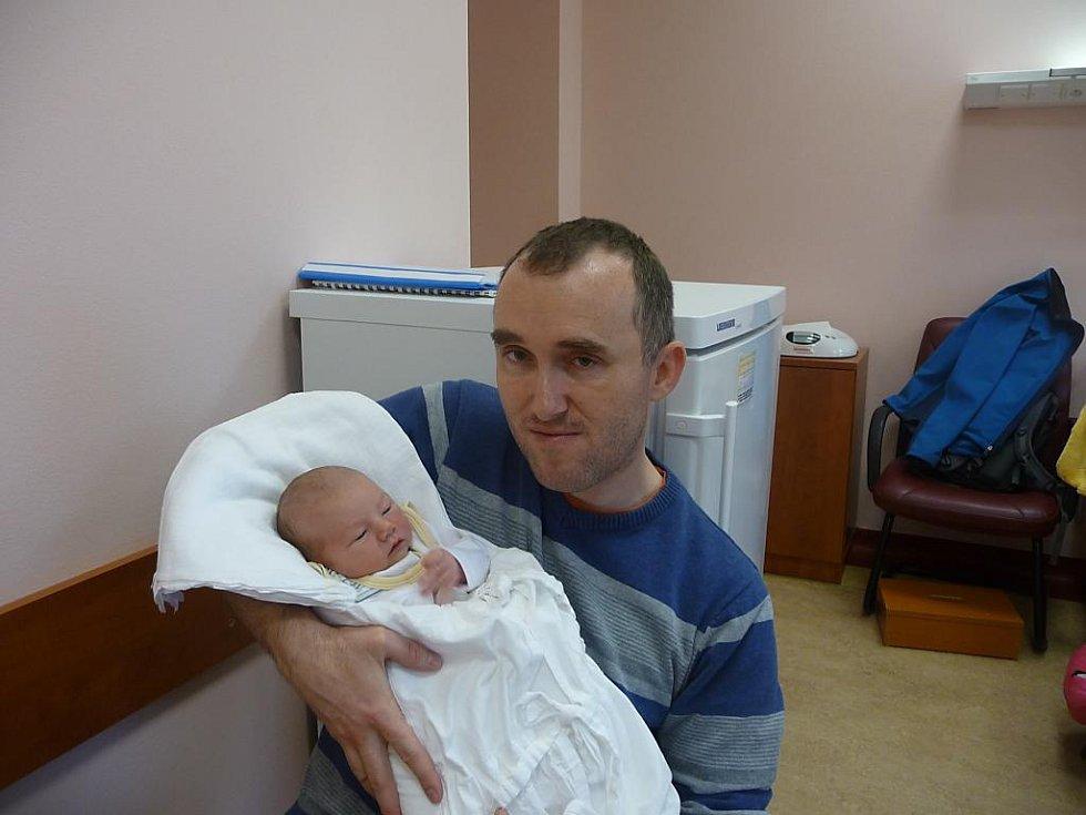Tatínek Josef Vlček z Plzně chová svého syna Honzíka (3,40 kg, 51 cm), který se narodil 24. listopadu ve 12:30 ve FN v Plzni mamince Evě Vlčkové. Doma již mají dceru Marušku (2 roky a čtvrt)