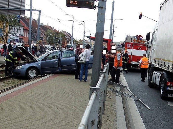 Škoda Superb projela skrz zábradlí na zastávku a zastavila až v kolejišti