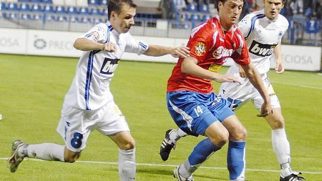 Viktoria Plzeň v neděli nastoupí proti Baníku bez potrestaného Adama Varadiho. Nahradit ho může na hrotu útoku Martin Psohlavec (na snímku uprostřed)