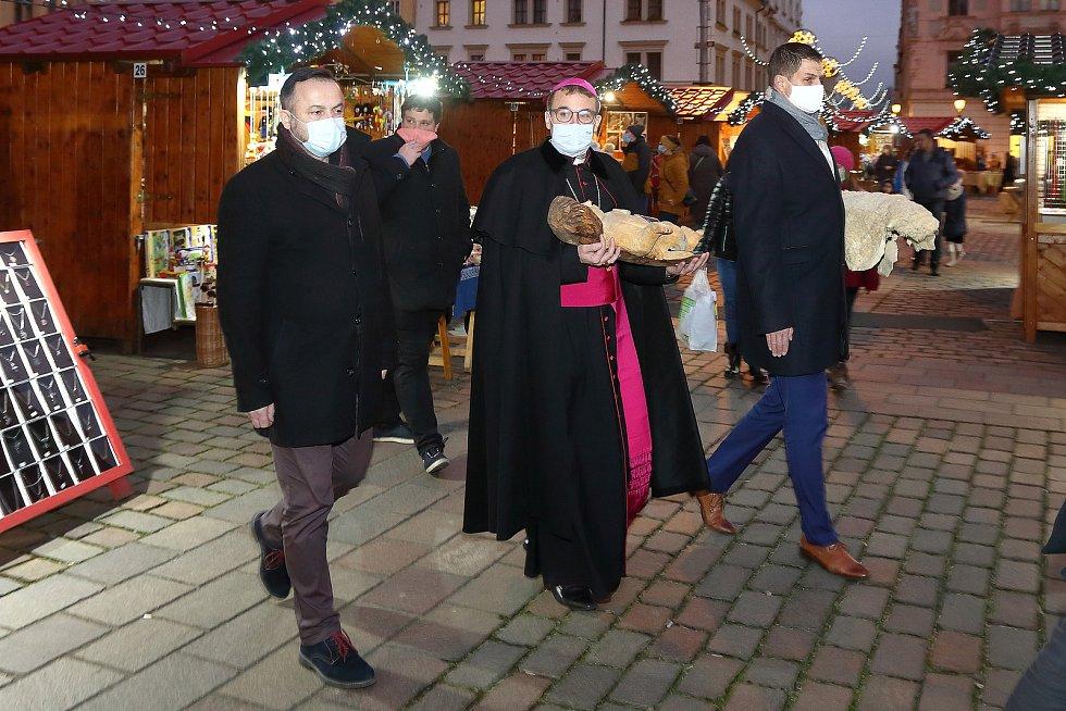 Plzeňský biskup Tomáš Holub společně se starostou a místostarostou největšího plzeňského obvodu uložili sochu malého Ježíška do jesliček, které jsou součástí velkého vyřezávaného betlému na vánočních trzích na náměstí Republiky v Plzni.
