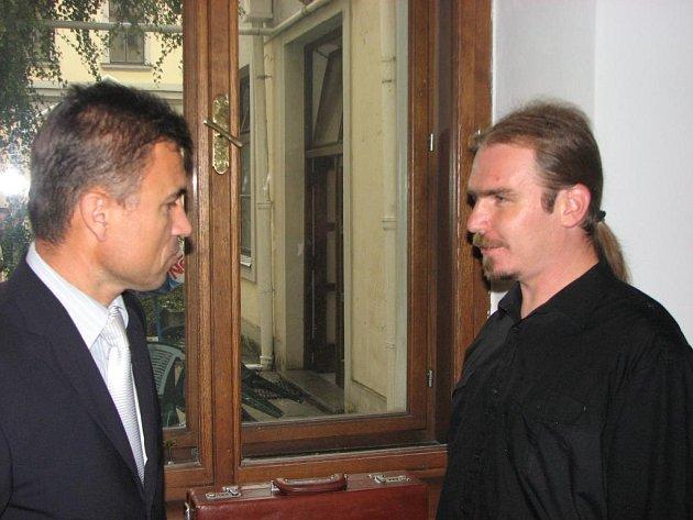 Petr Šipikal (vpravo) se na chodbě soudní budovy baví se svým advokátem Václavem Vladařem