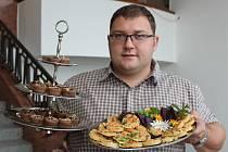 Kuchař Martin Havlík doplní barokní festival dobovou kuchyní. Na tácu vpravo jsou  koláčky s pravým račím masem