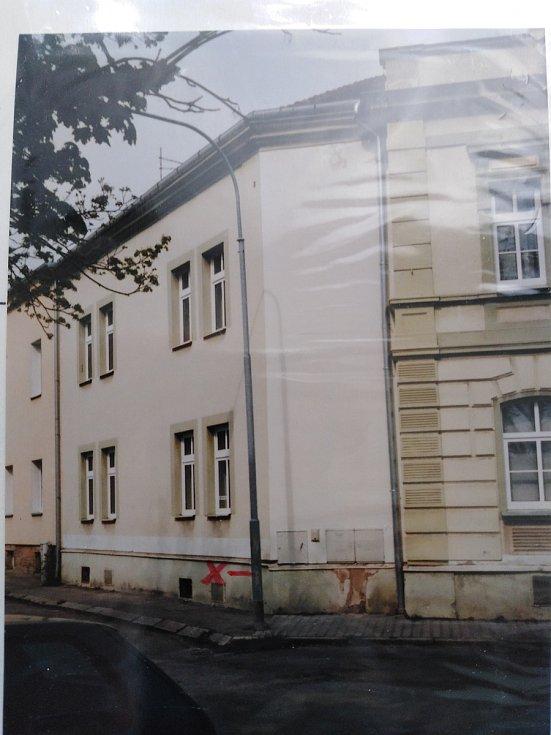 Dole je označené sklepní okénko vedoucí k místnosti, kde malý Jirka při náletu seděl. (foto z dubna 2015)