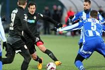 Tomáš Kučera z Viktorie Plzeň (u míče) se snaží projít obranou Domažlic.