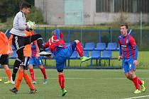 Tři cenné body si do tabulky i. ligy staršího dorostu připsali hráči FC Viktorie Plzeň (v červenomodrých dresech), když v domácím prostředí porazili Olomouc 2:1