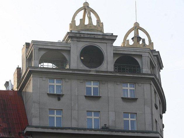 Po hodinách zbyl ve zdi domu jen kruhový otvor. Teď jsou hodiny v opravě u Jindřicha Klingera v Tlučné. Zpátky na své místo by se měly vrátit zhruba během týdne.