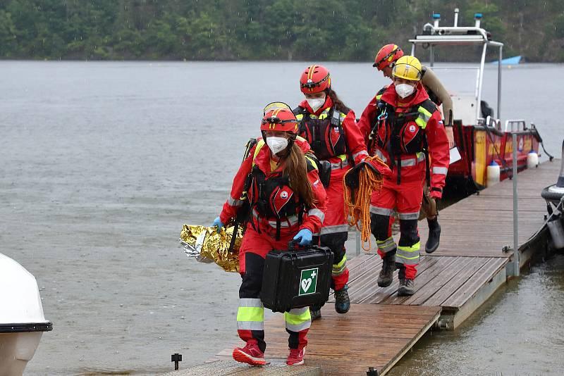 44 - Po zásahu se ze záchranného prámu vynáší všechno potřebné vybavení na základnu, kde je bezpečně uschováno a připraveno pro další výjezd.