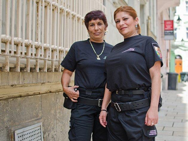 Monika Kotlárová a Renata Tišerová působí jako asistentky prevence kriminality. Pohybují se například v problémové lokalitě  v Plachého a Korandově ulici