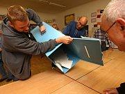 Sčítání volebních hlasů v Plzni.