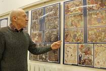 Stanislav Bukovský na výstavě v Knihovně města Plzně. Ve výřezu nahoře je Vladimír V. Modrý ve svém ateliéru