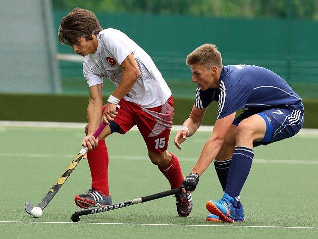 MNOHO ZKUŠENOSTÍ získal na mistrovství Evropy v halovém pozemním hokeji nadějný hráč Litic Adam Uhlíř (vpravo).