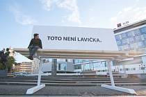 V centru Plzně vyrostla obří lavička. Upozorňuje na vizuální smog.