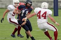 K nejlepším hráčům týmu Pilsen Patriots patřil ve čtvrtfinále play-off proti Přerov Mammoths  quaterback Patrik Vainer (uprostřed s míčem)
