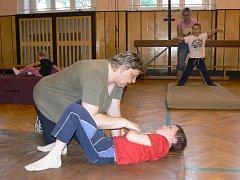Na závěr cvičení mohou rodiče své děti namasírovat. Ne každé dítě s poruchou autistického spektra se ovšem nechá, některé nesnášejí jakýkoli dotek