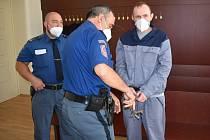 Petr Šlapák u klatovského soudu. Přivedla ho eskorta z vězení.