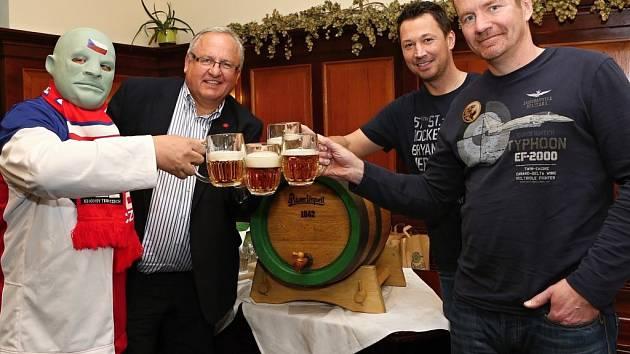 Nejvěrnější fanoušek české hokejové reprezentace ochutnal speciální várku piva Pilsner Urquell.