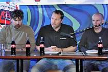 Jan Kotal  (uprostřed) se svými spolupracovníky  Petrem Liškou (vlevo) a Tomášem Hrubým vyhlašuje na tiskové konferenci v Plzni program desáté Giant ligy