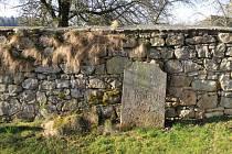 Rozpadající se hřbitovní zeď v Radčicích strhnou a postaví novou.