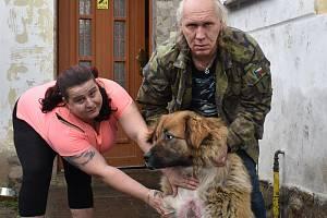Manželé Královi z Tajanova a jejich pes zraněný petardami.