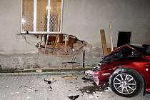 Řidič svou zběsilou jízdu ukončil nárazem do zdi rodinného domu v Líních.