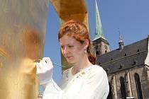 Příprava na zlacení kašen na náměstí Republiky v Plzni