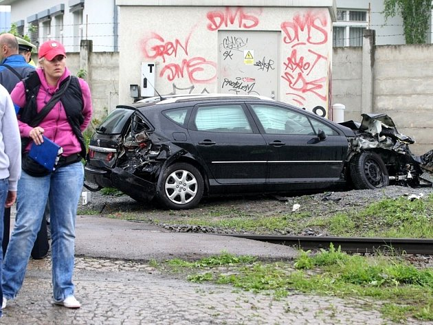 Nehoda auta a osobního vlaku na přejezdu ve Vinohradské ulici v Plzni.