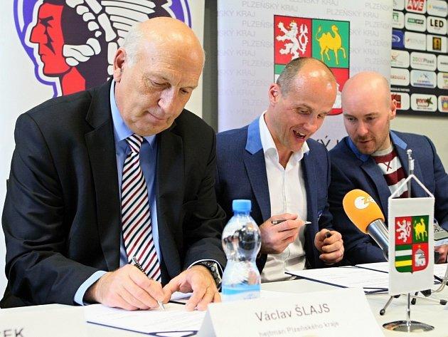 Deklaraci o spolupráci ve středu podepsali (zleva) hejtman Václav Šlajs, generální manažer Martin Straka a sportovní manažer Tomáš Vlasák.