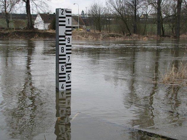 Řeka Úslava v Plzni-Koterově na začátku března. Ilustrační foto