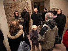S dosud neznámými fakty o zámku Zelená Hora zájemce seznámili Pavel Kroupa z pořádající Společnosti starého Nepomuka (vlevo)  a autor přednášky Jakub Mírka (uprostřed s brýlemi)