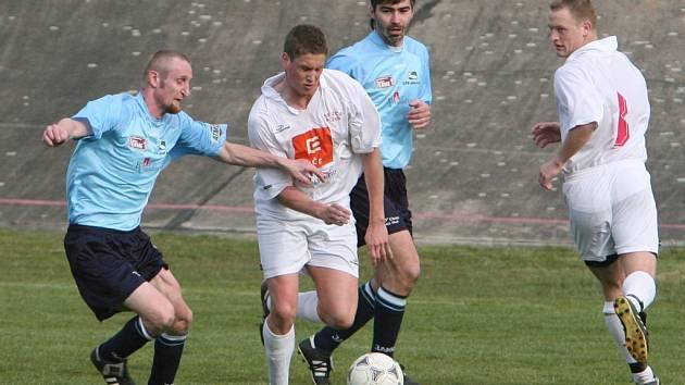 Ani ve druhém domácím utkání na jaře se fotbalisté SK ZČE Plzeň (v bílém) neradovali z vítězství a podlehli v zápase, ze kterého je snímek, Chrástu 3:5
