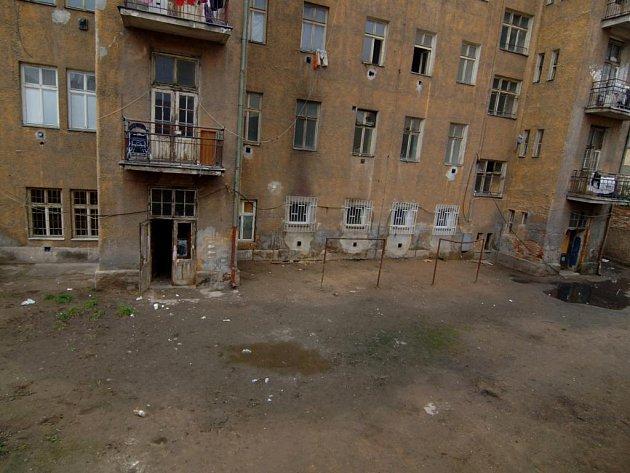 Dvůr několik dní po vyklizení. Celý úklid  platilo město, uvolnilo na něj 109 tisíc korun