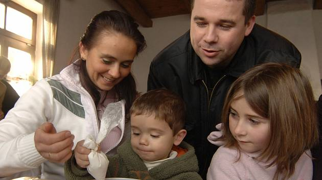 V zoo v Plzni v sobotu letos již potřetí uspořádali adventní dílny, při kterých si nejvíc užily děti, které zdobily perníčky.