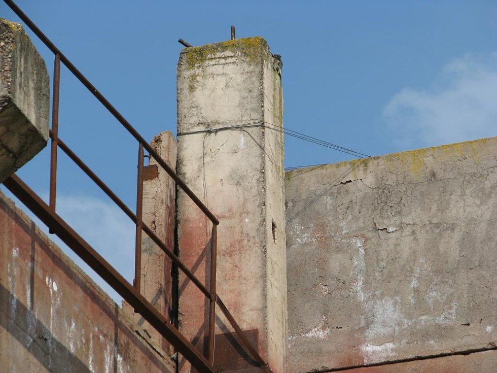 Několikatunový panel je deset metrů nad zemí připevněn tímto drátem